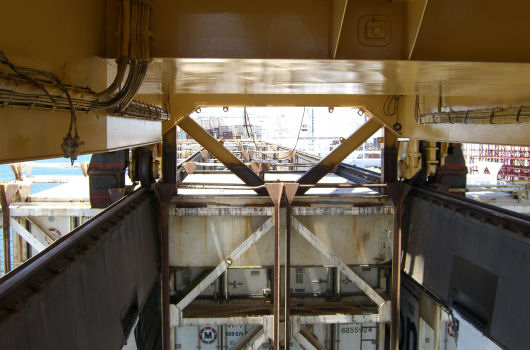 K-bracing between crane and rail support beam
